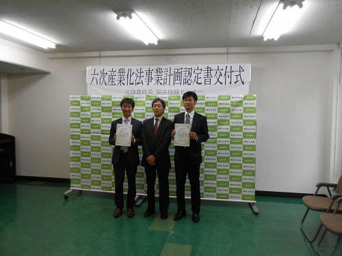 一番右が林さん。って初めて見たよ、スーツ姿。w 一番左は西辻さん。