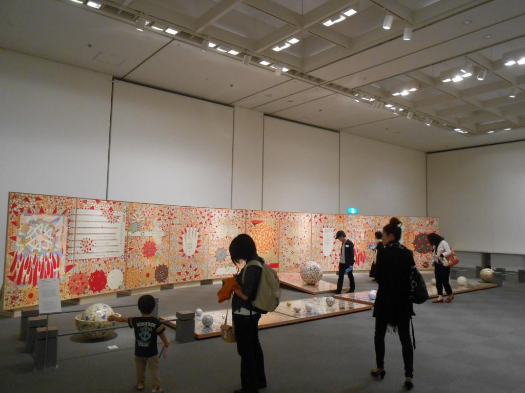 線画と色彩の組み合わせに目を奪われますが、東京大空襲を描いた作品。/岡本信治郎